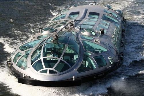 未来世界太空飞船的水上巴士