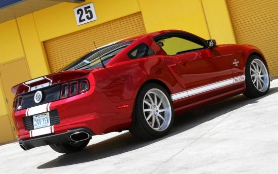 对于福特野马Shelby GT500,酷爱赛车运动的车迷一定不会陌生,它凭借着强劲、钢猛的动力性能征服了无数车迷的心。尽管其已经拥有了卓越的动力性,但这仍然不能满足人类对极限驾驶速度的追求。以下我们就为大家带来一组福特野马Shelby GT500的经典改装案例。  福特野马最强车型Shelby GT500,最近得到了一款名为Super Snake的改装套件,可谓是如虎添翼。这款福特野马Shelby GT500 Super Snake车型只有500个生产限额,基础的改装套件将收取28995美元,机械增压版更