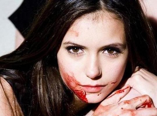 妮娜·杜波夫在《吸血鬼日记》中最常以两种发型出现