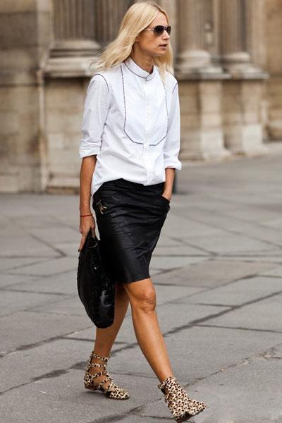 利落的白色衬衫配上黑色包臀裙,黑白的搭配