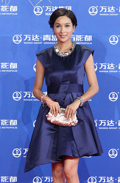 杨恭如亮相青岛东方影都启动仪式红毯,保守小礼服扮优雅.