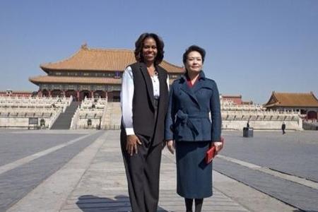 两国夫人同游 彭丽媛国母范