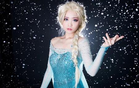 Tomia已经27岁(1987年出生),但经过发达的韩国整容技术后,她长了一副娃娃脸,犹如一位十岁的少女一样,从她的cosplay作品和素颜照来看,一点也看不出她已27岁的痕迹。图为Tomia cosplay《英雄联盟》中的琴女娑娜。