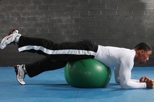 健身球上练抬腿
