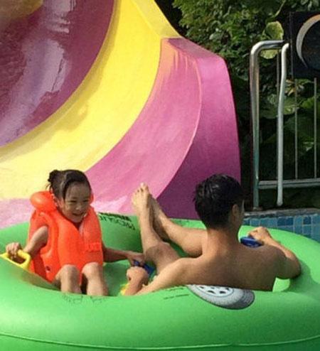 田亮陪女儿玩水 森蝶大叫