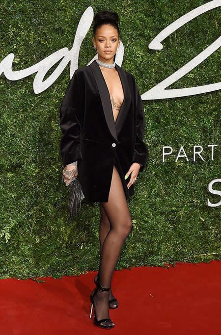 【最新】Rihanna巧穿大妈绒 你该怎么穿