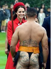 凯特淡定与纹身裸男握手