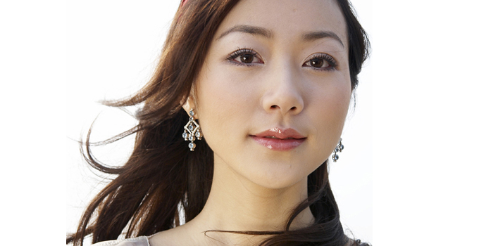 """明星档案 韩雪,中国内地著名女演员、歌手。出生于江苏省苏州市,毕业于上海戏剧学院2001级表演系本科。曾在《北平往事》《错爱一生》《地下地上》《娱乐没有圈》等多部电视剧中担任女一号。推出《飘雪》《想起》《竹林风》《狂想的旅程》等多首优秀歌曲,2008年凭借歌曲《大雁归》,获得第十五届东方风云榜""""十大金曲奖""""。还曾获得新浪网络盛典2005年度""""年度飞跃艺人奖""""、""""苏州骄傲—2006年度十大新闻人物""""等多项奖项。2012年随着"""