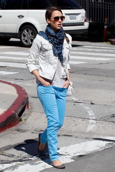 天蓝色瘦腿裤