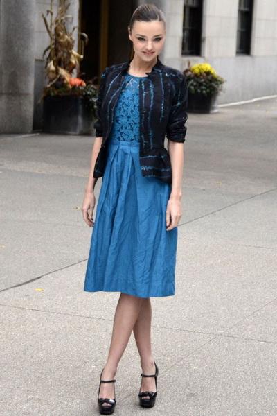 蓝色镂空连衣裙